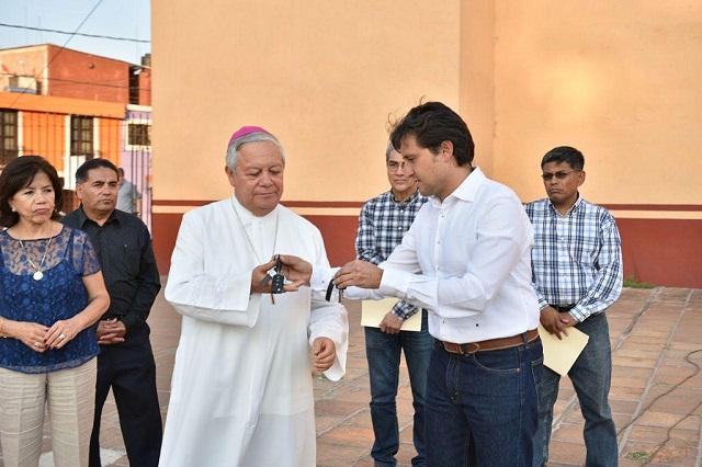 Entregan en San Pedro Cholula autos para reconstruir iglesias
