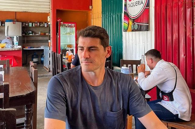 Iker Casillas visita taquería mexicana y deja tenis como propina
