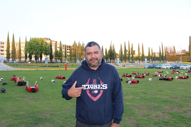 Guillermo Vázquez, coach de Tigres Blancos, de futbol americano