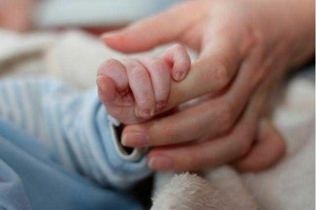 Video viral: graban a bebé recién nacido dando sus primeros pasos