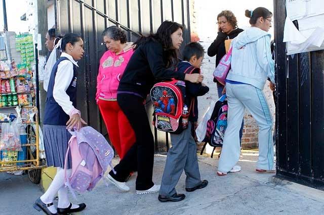 Denuncian familias que en escuelas cobran cuotas para la reconstrucción