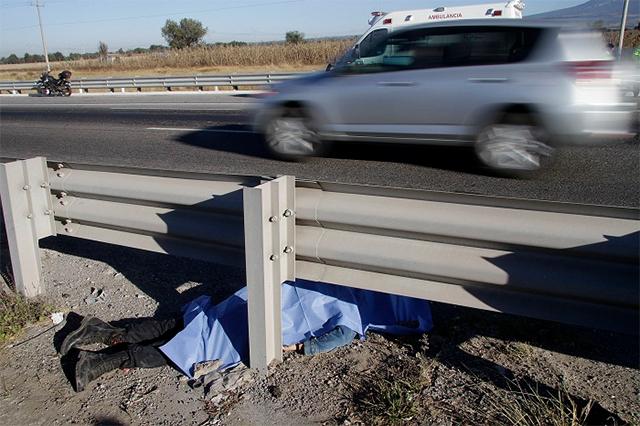 Muere un hombre por volcadura en la carretera Atlixco-Izúcar