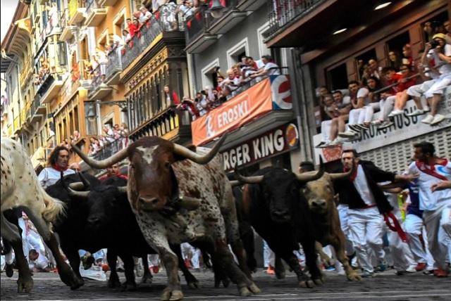 Día a día; crece la cantidad de asistentes a los encierros de Pamplona