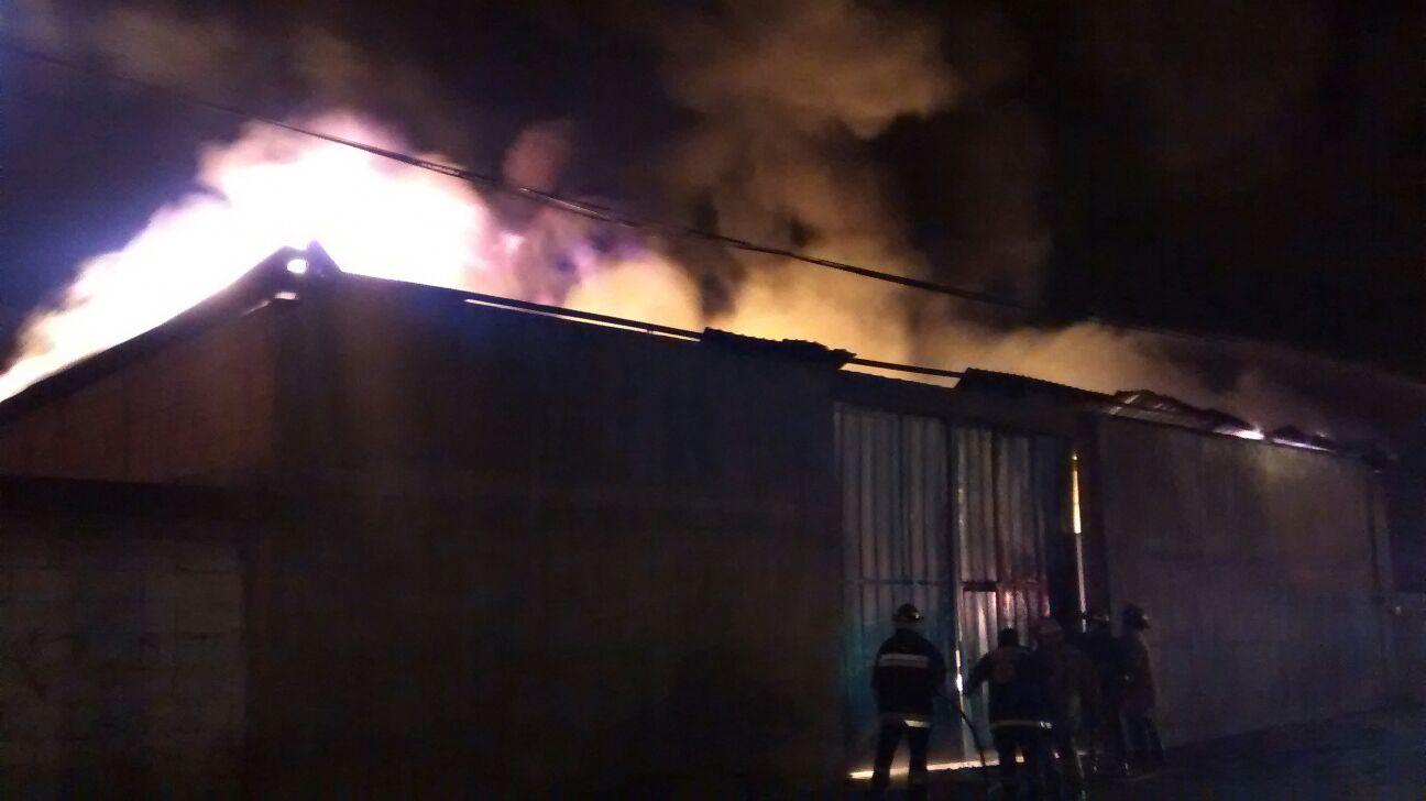 Arde fábrica de plásticos en San Miguel Xonacatepec