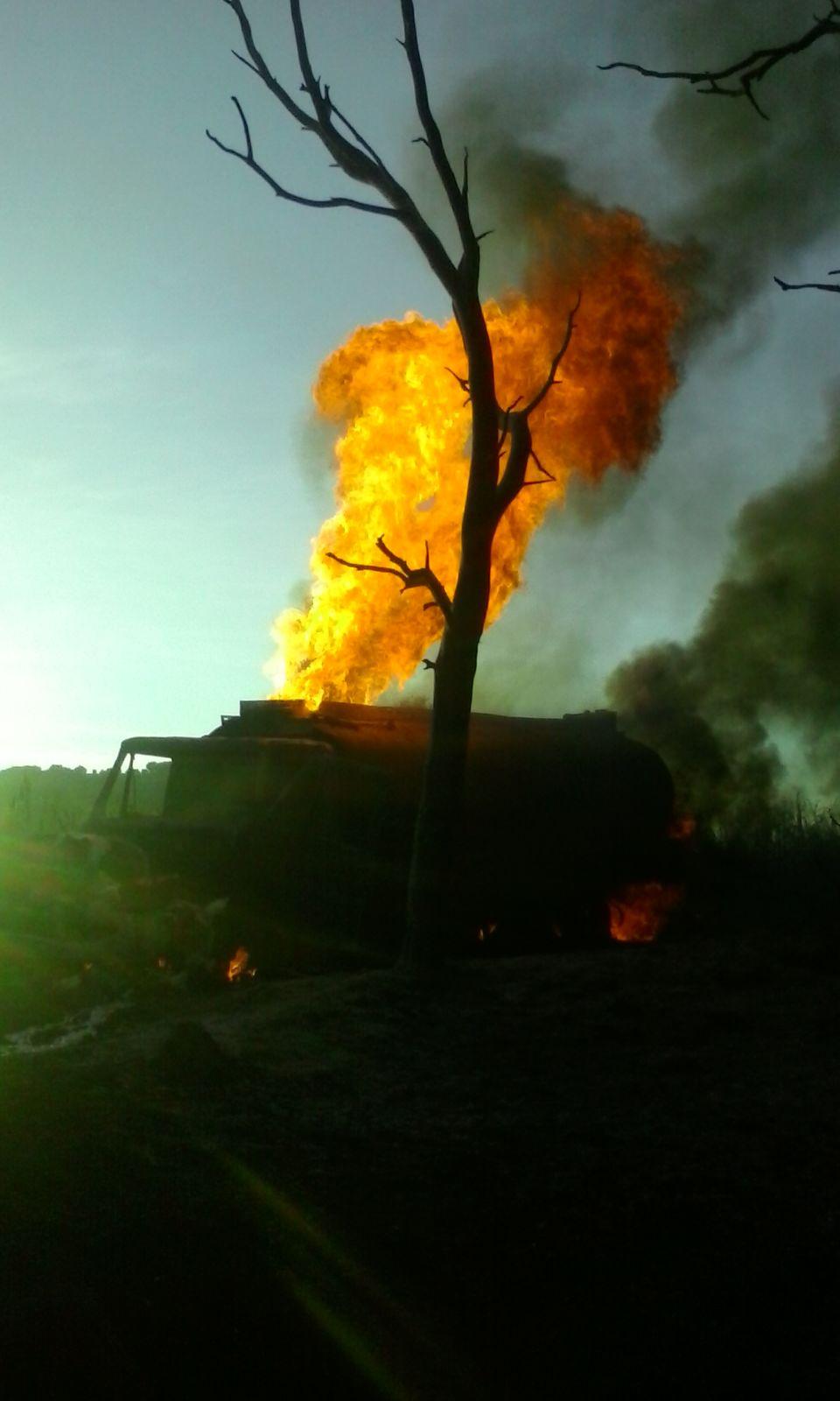 Arde pipa con combustible robado en Amozoc