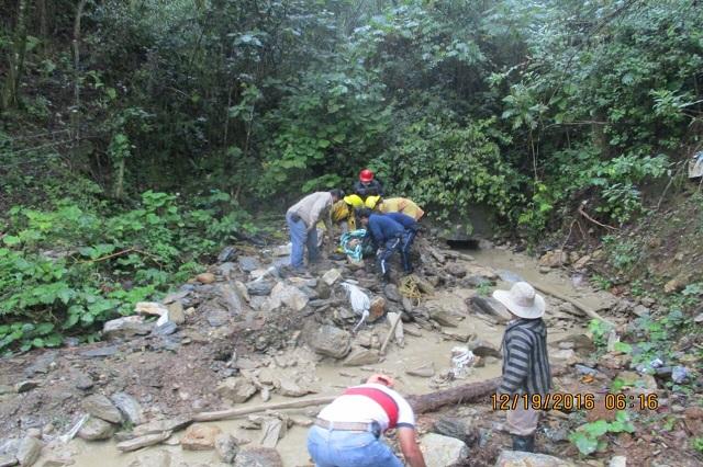 Buscan a desaparecido por deslave en Huauchinango; identifican a muerto
