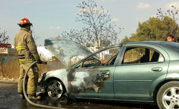 Se incendia vehículo sobre Periférico cerca de la UVM