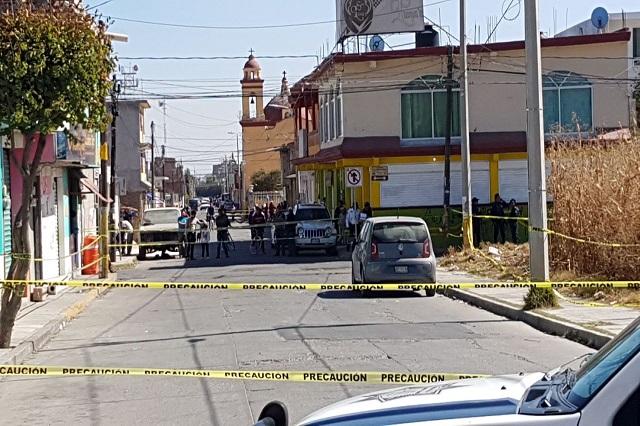 Atado y sin ropa hallan cadáver dentro de auto, en Huejotzingo