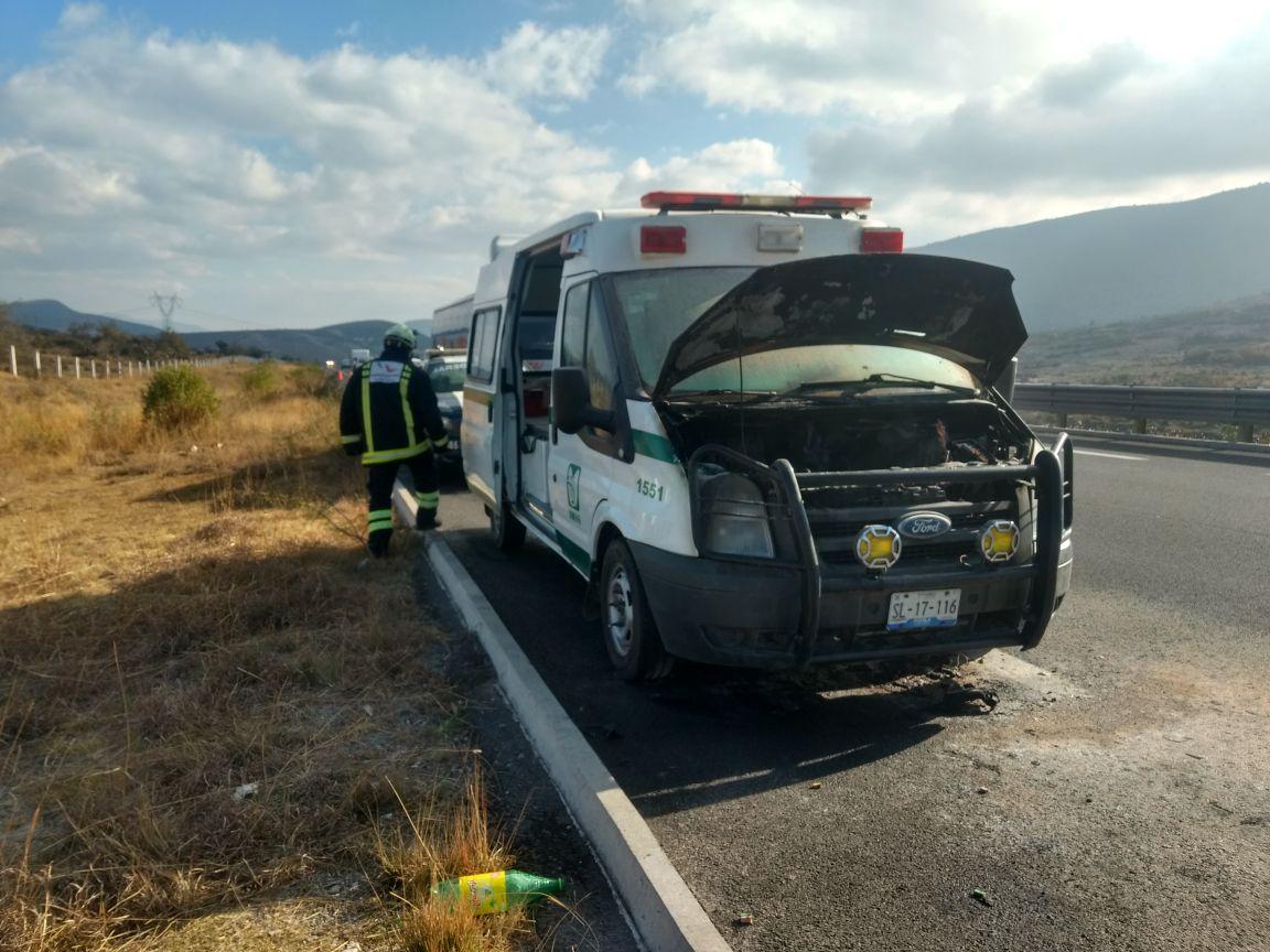 Corto circuito provoca incendio en ambulancia del IMSS, en Cuacnopalan