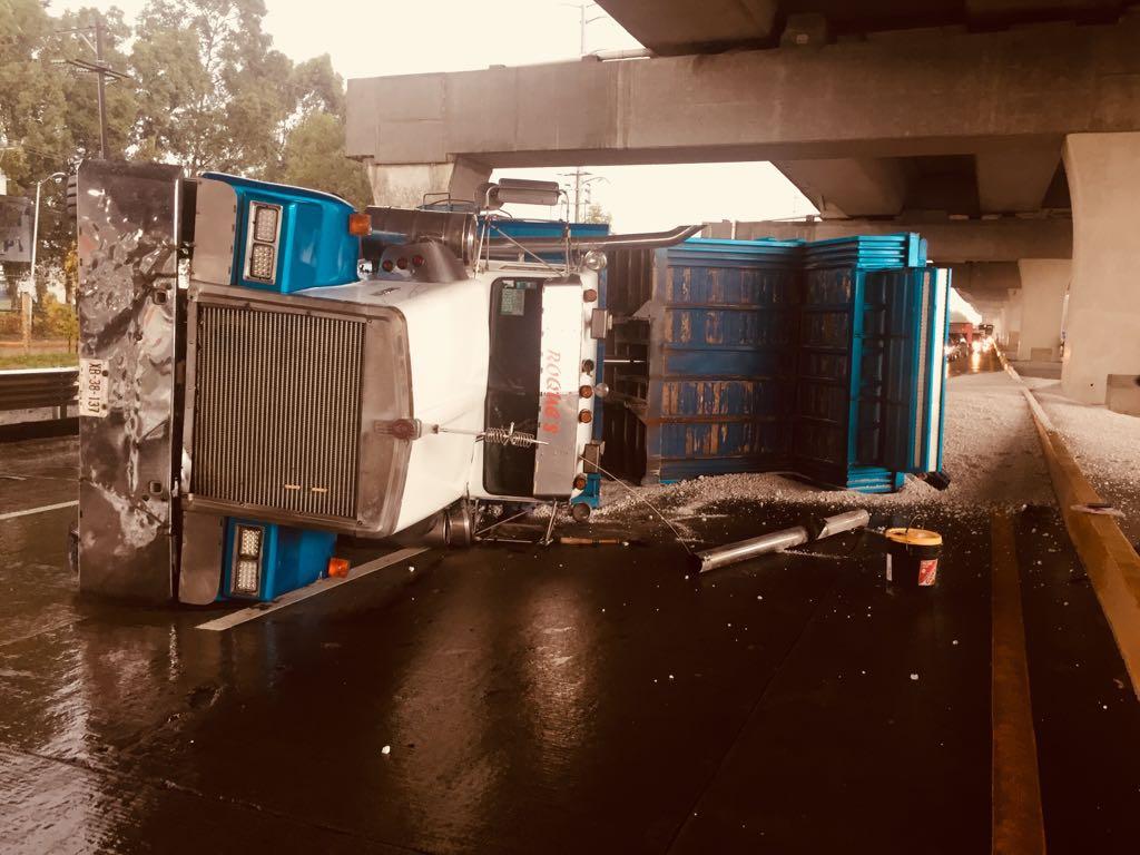 Vuelca tráiler con arena y provoca cierre parcial de la Puebla-Orizaba
