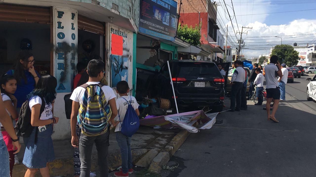 Juniors ebrios chocan camioneta contra local en la 23 Sur