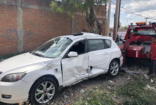 Automóvil se atasca y es embestido por el tren en Xochimehuacan