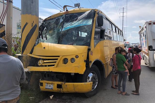 Choca con poste autobús de la ruta Xoxtla en la México-Puebla; 10 heridos