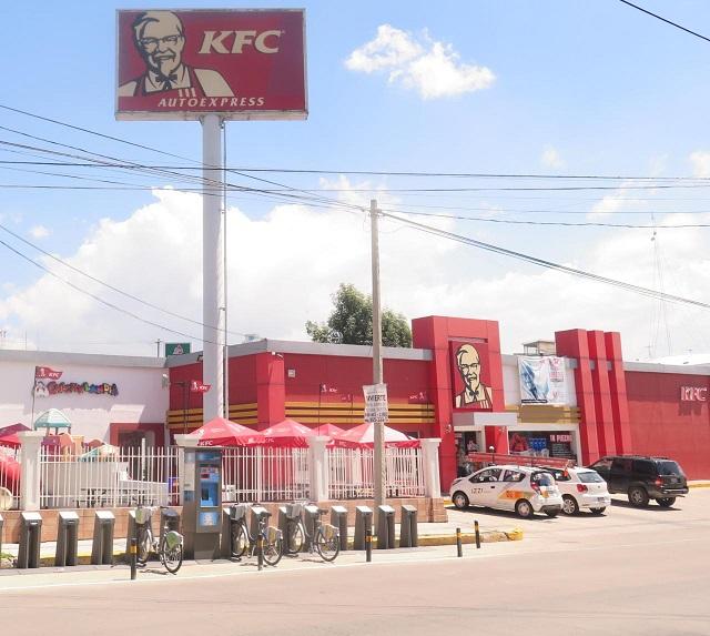 Asaltan a clientes y empleados en el KFC de Bulevar Atlixco