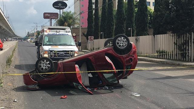 Vuelca su vehículo y muere frente a sede de la PF en Puebla