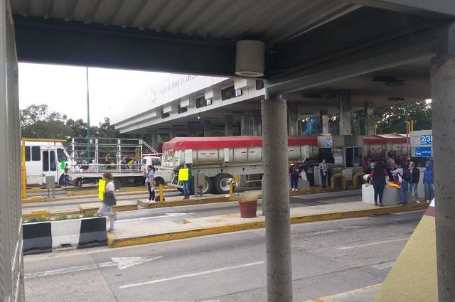 Normalistas de Teteles toman casetas previo a reunión con SEP
