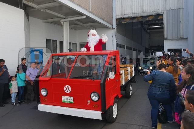 Con desfile, música y comida, abre VW sus puertas a Puebla