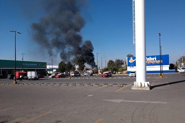 Por quema de pastizal se incendia fábrica en la 11 Sur