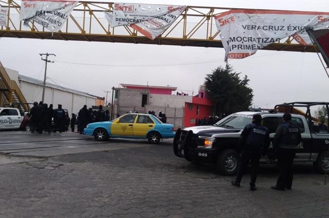 Retiran a paristas del SNTE en vías del tren en Grajales