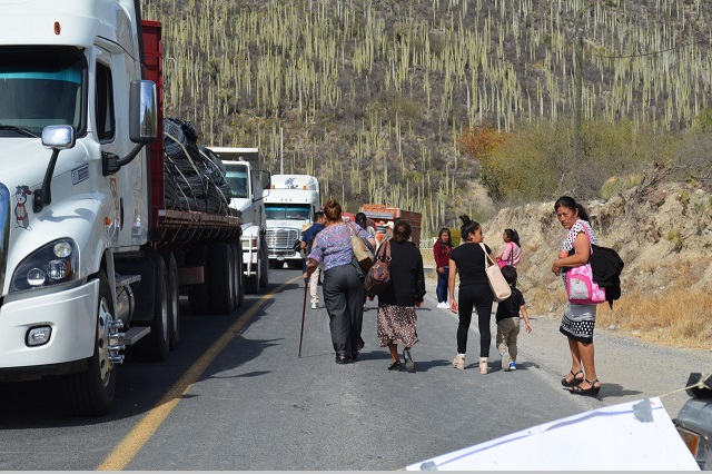 Continúa bloqueo carretero en Tehuacán por conflicto territorial