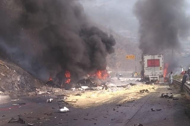 Por choque en la Puebla-Orizaba, un muerto y escenas de rapiña