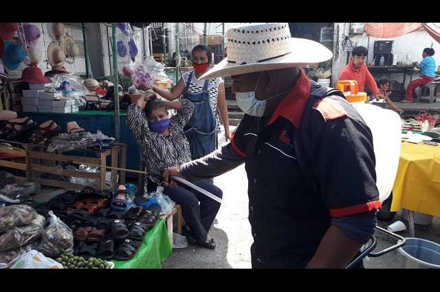 Sanitizan mercado de Acatlán para evitar contagios de Covid-19