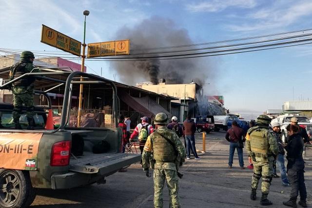 Fuego consume bodegas en central de abasto de Huixcolotla