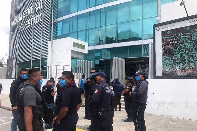Denuncian policías de Tlacotepec a regidora por corrupción