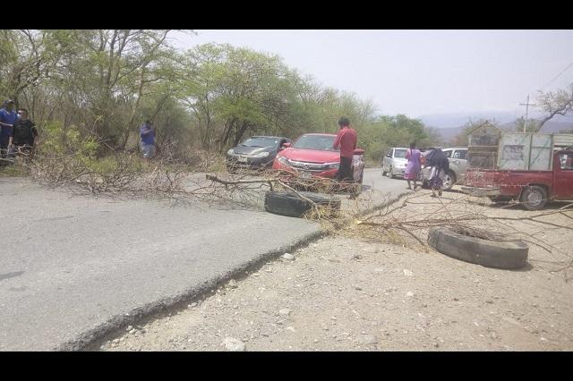 Cierran carretera y exigen la destitución del edil de Coxcatlán