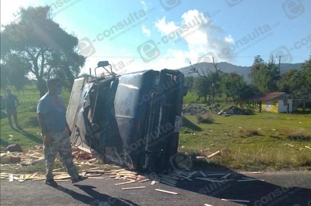 Muere hombre tras volcadura en Tlatlauquitepec