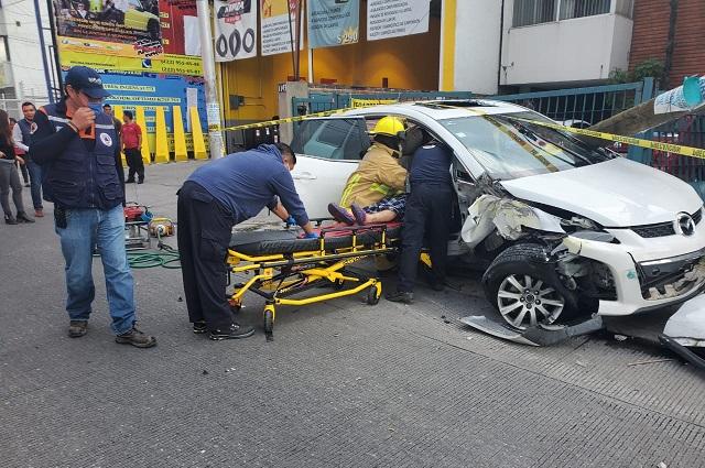 Conductor se salva tras aparatoso choque en Reforma Agua Azul