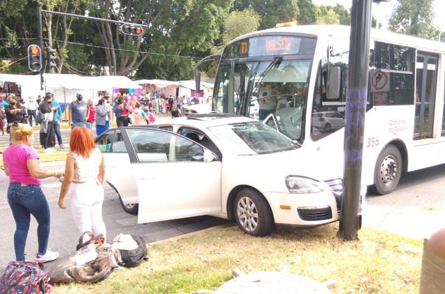 Choca RUTA a un auto por corte de circulación frente al CENHCH
