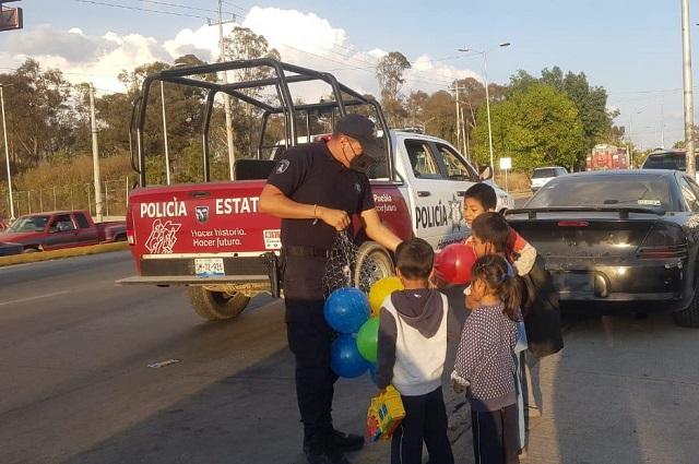 Policías ayudan a los Reyes Magos en colonias de Puebla