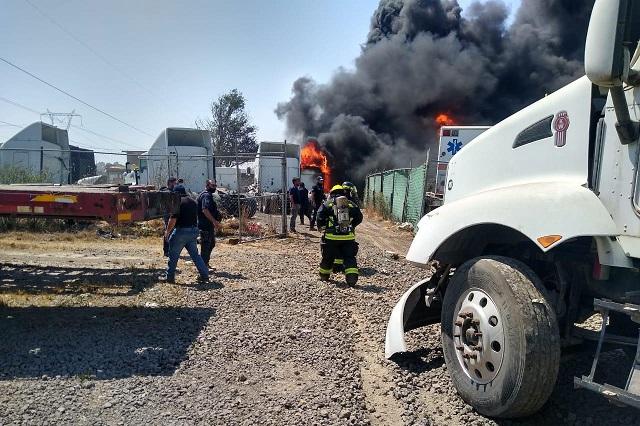 Se incendia taller en depósito de camiones en Xoxtla