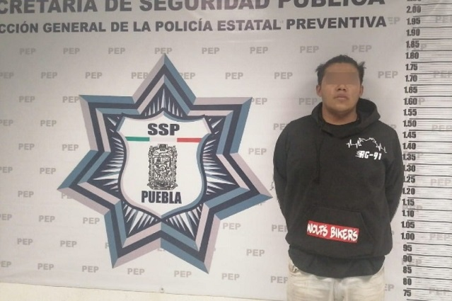 Conductor huye de arrancones y choca patrulla en la Vía Atlixcáyotl