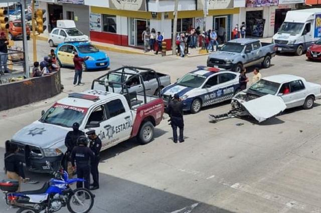 Choca policía estatal contra auto particular en Amozoc