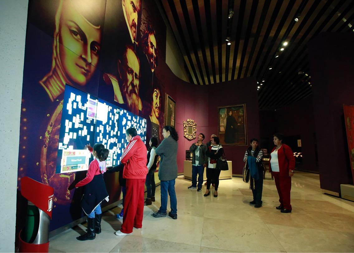 personas observado una exposición en un museo de Puebla