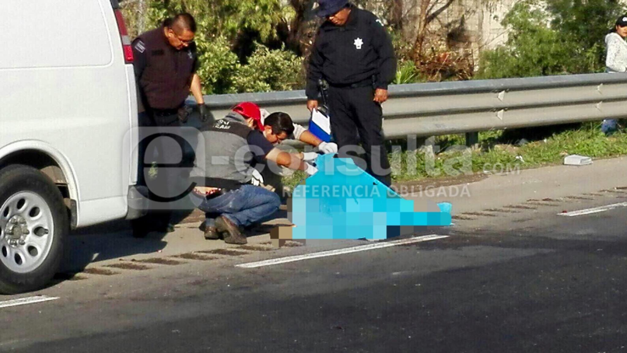 Autos le pasan encima al intentar cruzar la Puebla-Orizaba