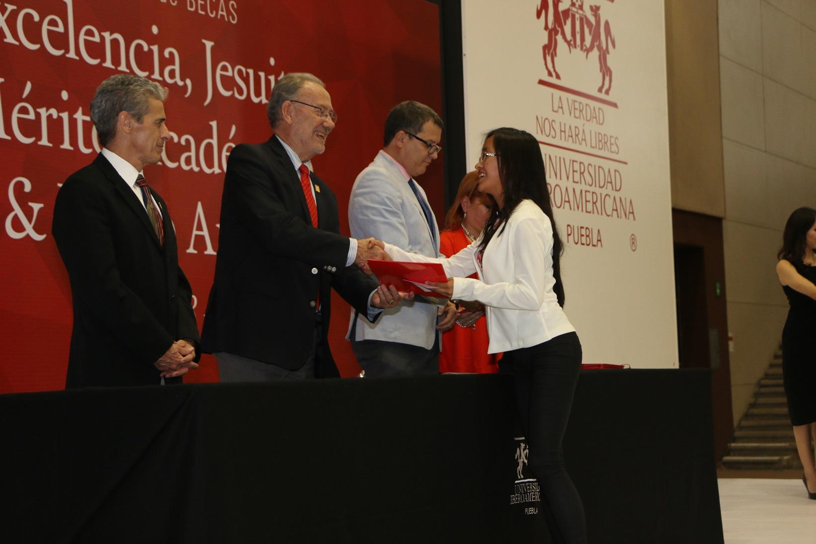 IBERO Puebla entrega becas a alumnos destacados de diversas entidades