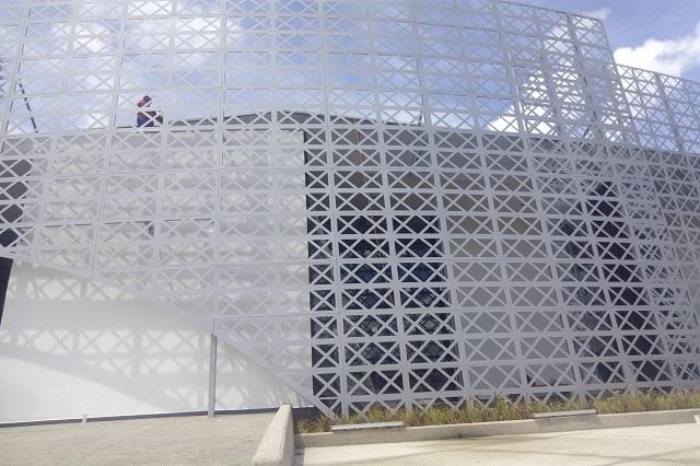 Reparan techo en Arena BUAP; rector hizo recorrido por la zona