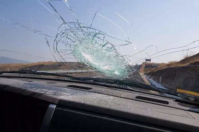 Otra vez apedrean autos en pista a Atlixco y niegan pago de daños