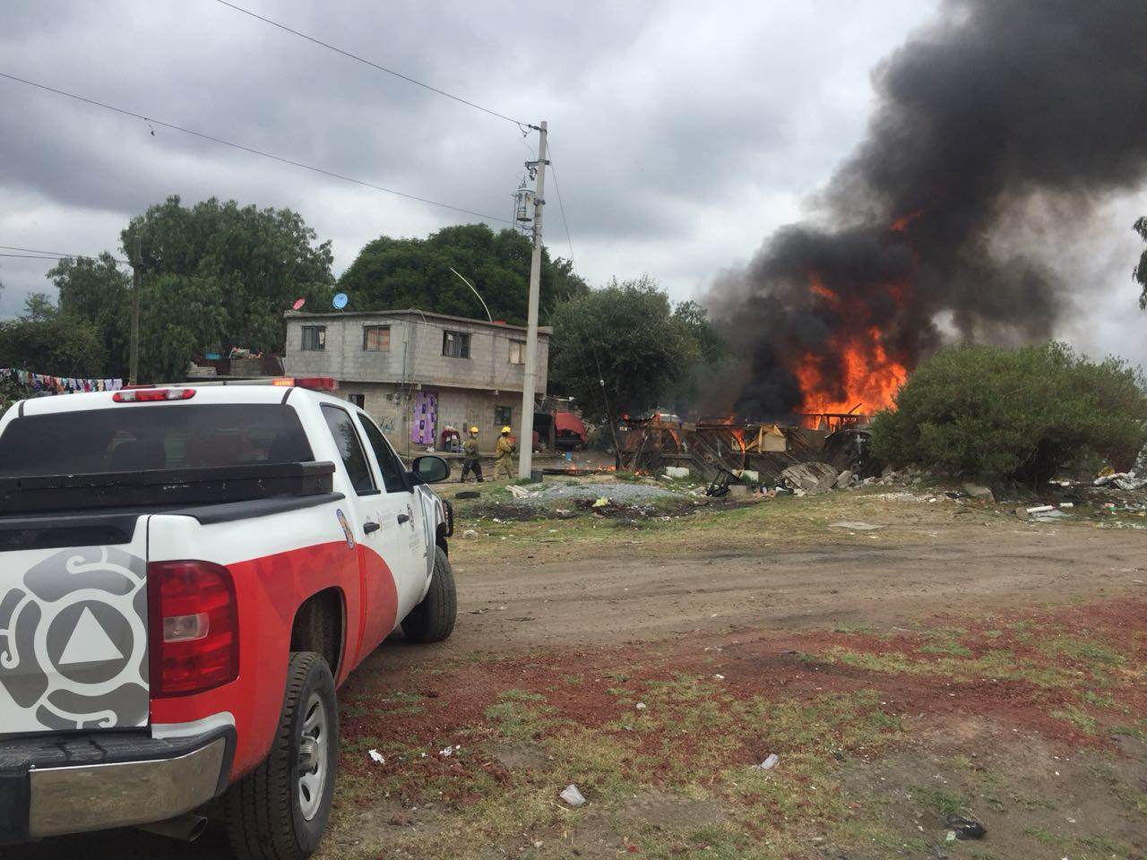 Incendio consume ex bodega de huachicol en Texmelucan
