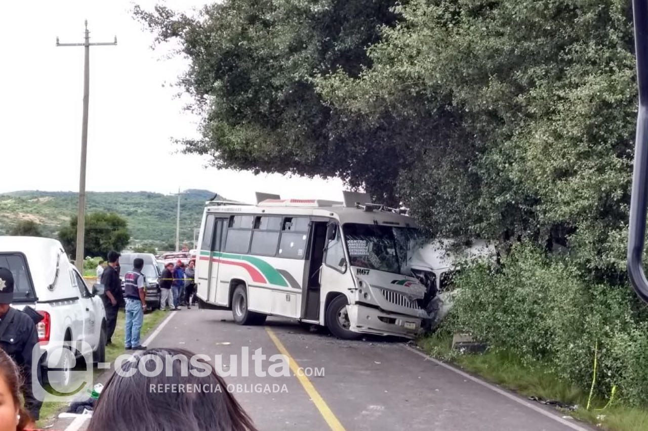 Camionero borracho embiste a colectivo en Acajete y deja 8 muertos