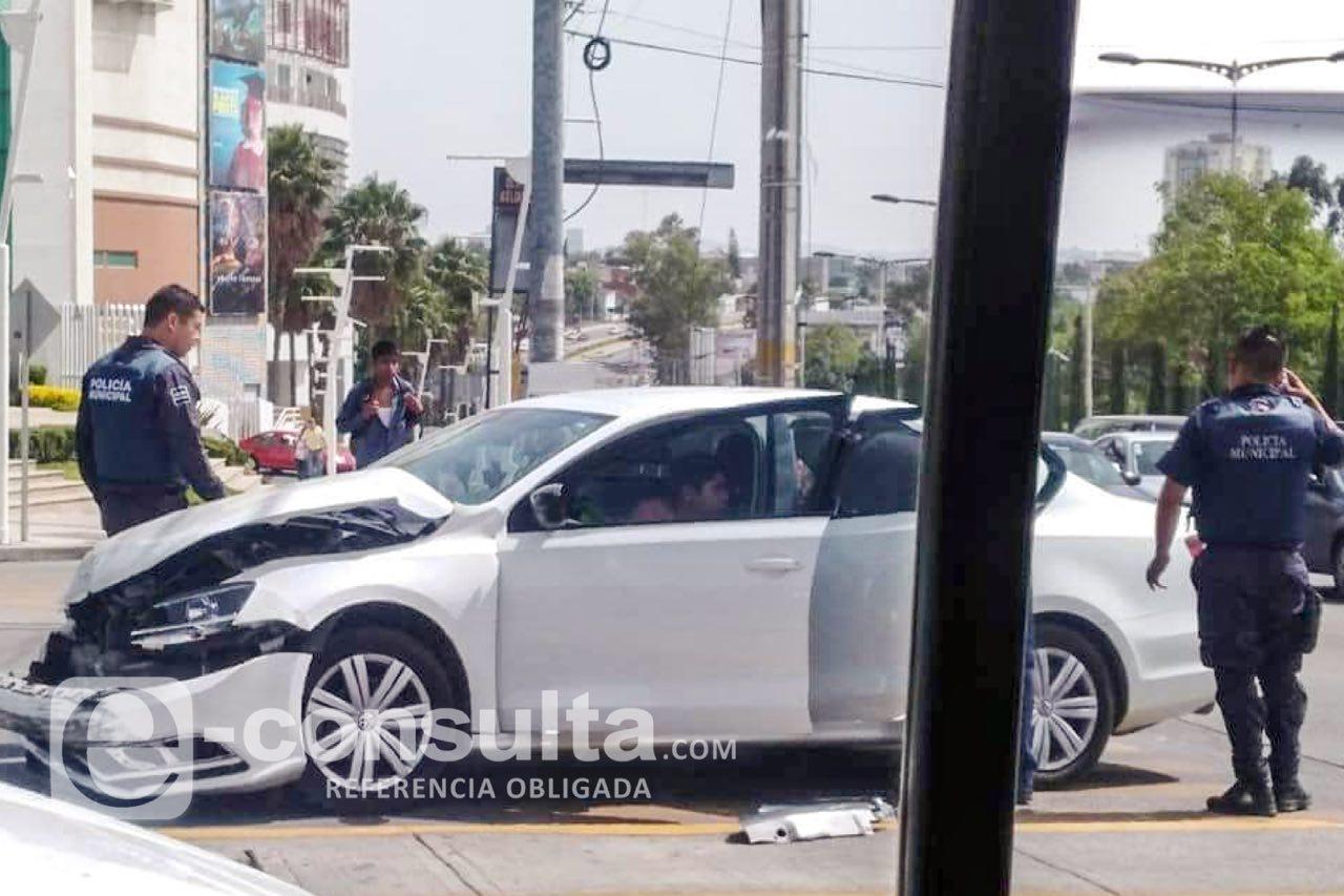 Patrulla choca con dos autos frente al Triángulo Las Ánimas