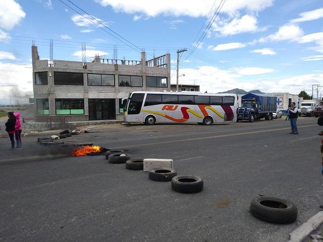 Vecinos de Cuyoaco cierran otra vez carretera a Teziutlán a falta de agua