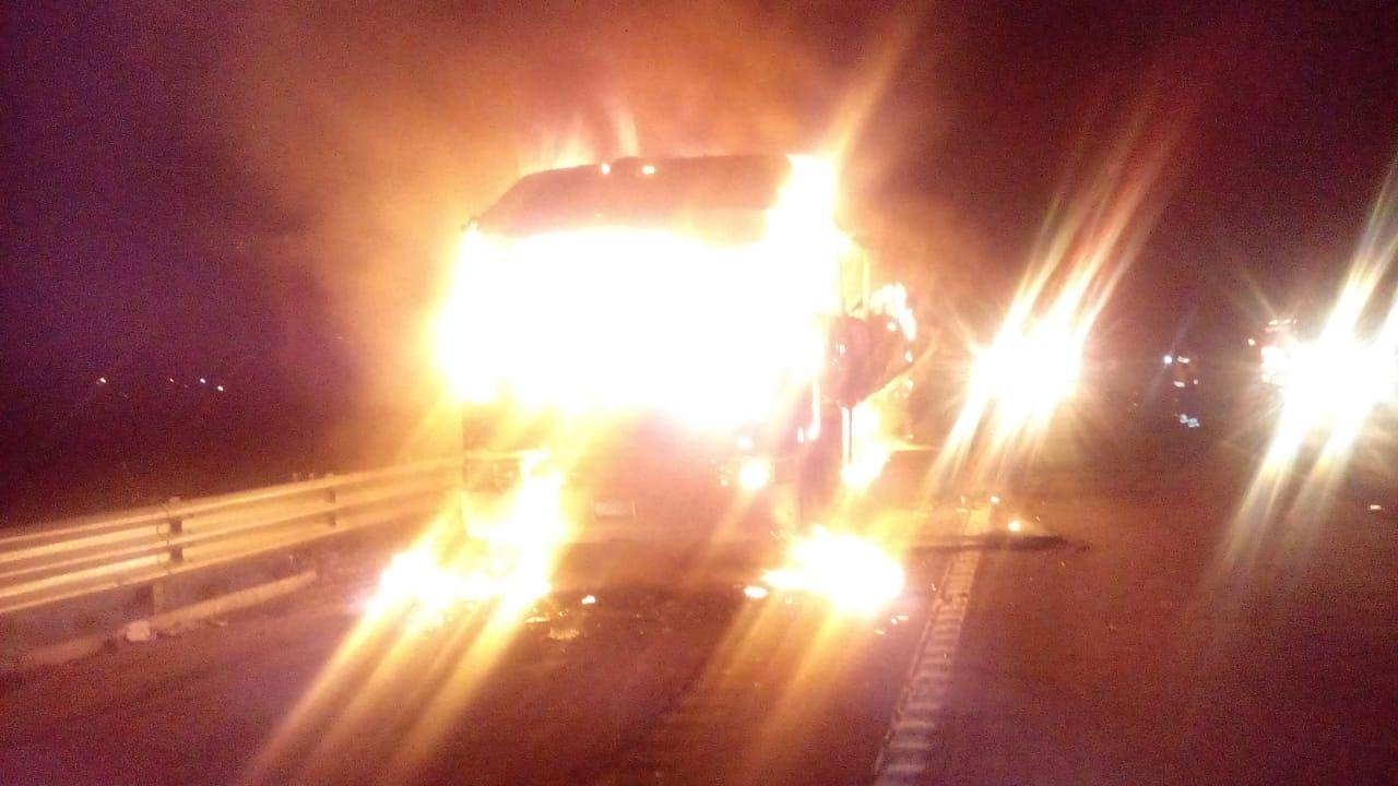 Se incendia camión con peregrinos, sobre la México-Puebla