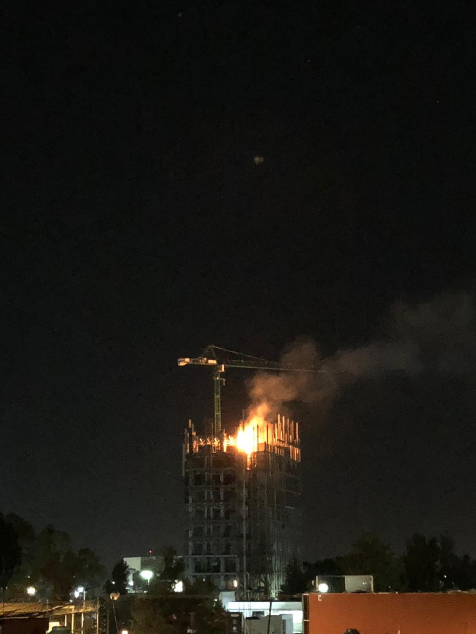 Se incendia cimbra de la nueva torre de Rectoría de la BUAP