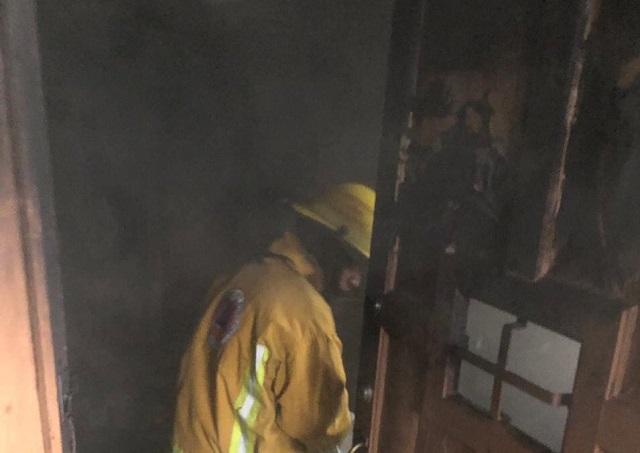 Adolescente queda en medio de las llamas en el Centro de Puebla
