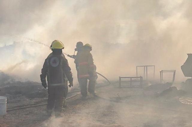 Arde predio con llantas en los límites de Puebla y Tlaxcala