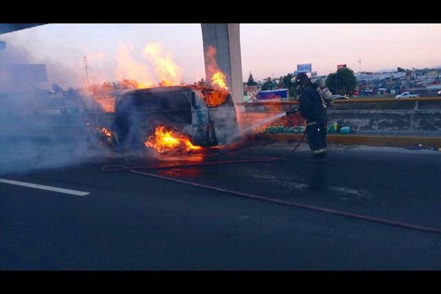 Combi con solventes se incendia en la autopista Puebla-Orizaba